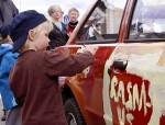 Teatterikoneen Koiratorpan keisari -näytelmän auto sai uuden maalin vuonna 2011. Kuva: Pietari Puranen