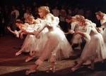 Tanssikoulu Sara kaupunginteatterin terassilla vuonna 1993.   Kuva: Risto Aalto/Keskisuomalainen