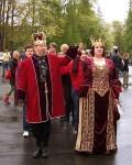 Yläkaupungin kuningaskunnan hallitsijapari kuningatar Luna I ja puolisonsa Auvo johtavat poloneesia Alvarin aukiolla vuonna 2006. Kuvaaja tuntematon