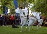 Huoneteatterin Päästä lentoon, acro-balance-esitys Yliopiston portilla vuonna 2002.   Kuva: Matti Salmi/Keskisuomalainen